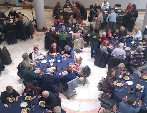 Los socios disfrutan de la comida social Arròs en Fesols i Naps
