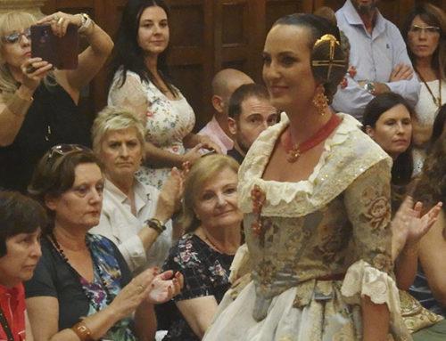 La indumentaria valenciana está de moda: El Ateneo vive un gran desfile solidario