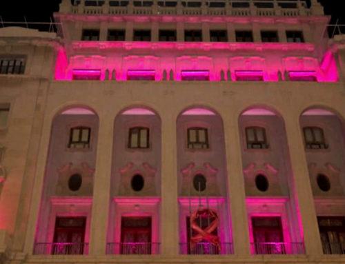 Se ilumina de rosa la fachada y el Salón Noble contra el cáncer de mama