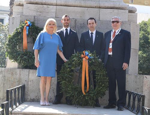 El Ateneo Mercantil acompaña a la Real Senyera en su recorrido por las calles de Valencia