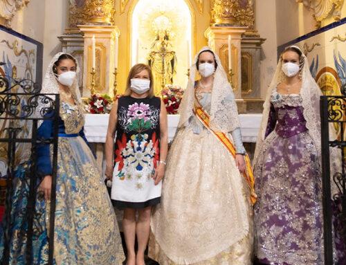 La Reina del Ateneo, Ana Bonet, y su corte de honor asisten a la misa y ofrendan a San José